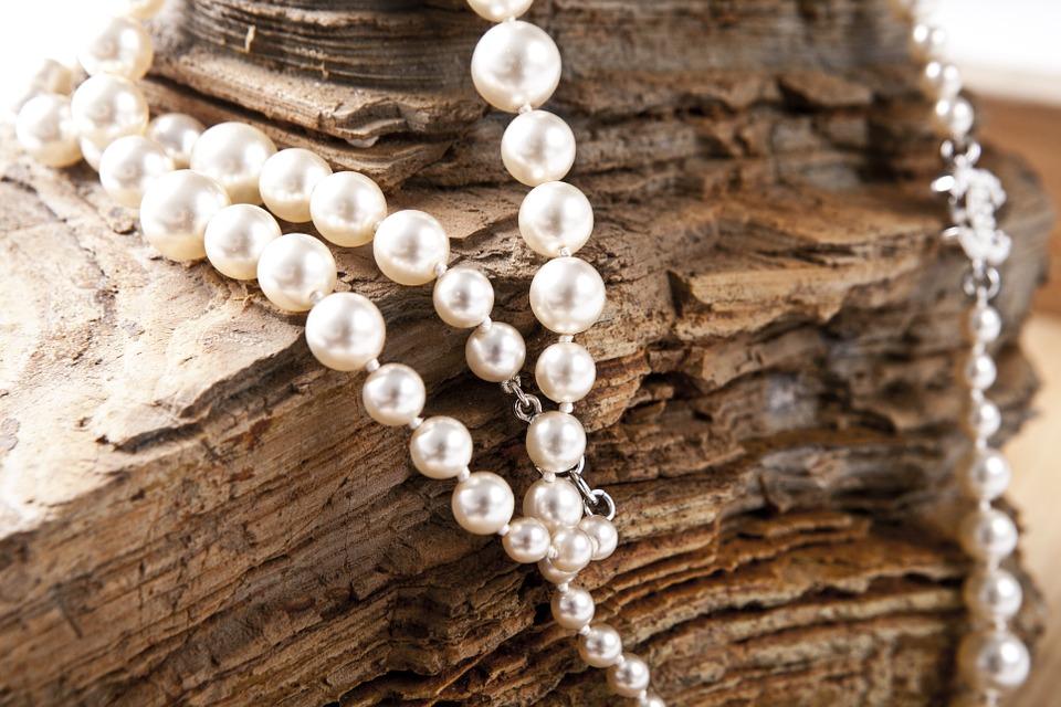 Comment bloquer des perles sur un collier ?